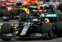 Valtteri Bottas á Mercedes fer hér fremstur skömmu eftir ræsinguna í Imola.