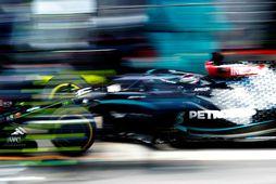 Jafnvel myndavélarnar áttu erfitt með að fanga Lewis Hamilton í fókus í kappakstrinum í Barcelona …