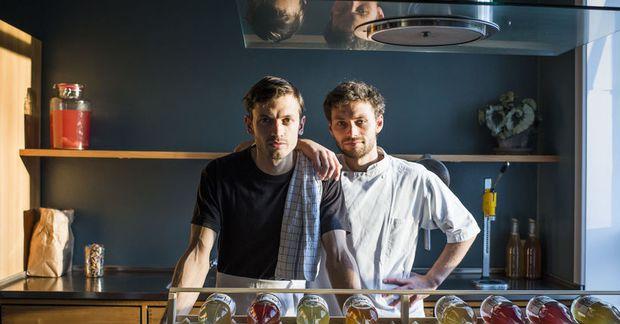 Eddie og Louis á hinum vinsæla Kombucha-bar.