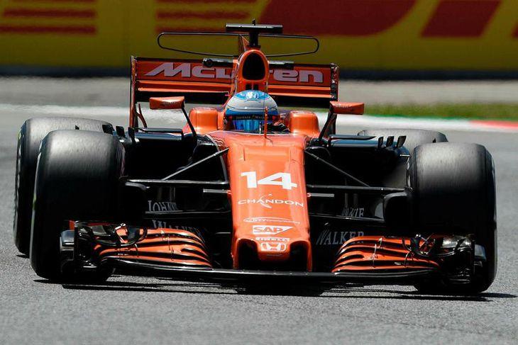 Fernando Alonso á ferð í Barcelona.