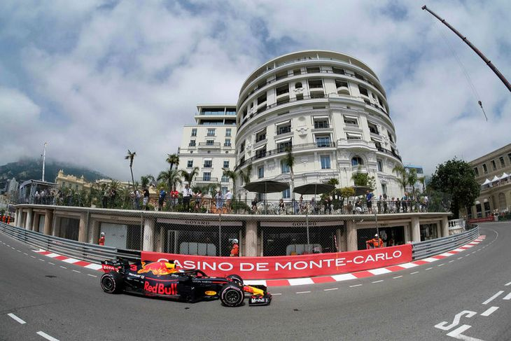 Daniel Ricciardo kominn upp brekkuna löngu og beygir inn á spilavítistorgið í Mónakó
