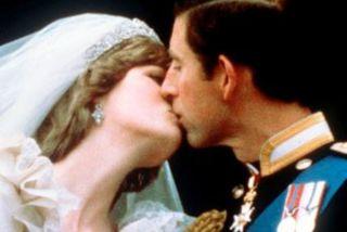 Díana prinsessa giftist Karli Bretaprins með kórónuna árið 1981.
