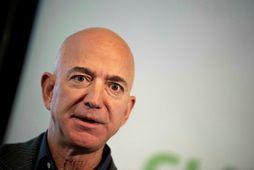 Jeff Bezos er ekki lengur forstjóri Amazon. Hann eyddi síðustu dögunum sem forstjóri á snekkju …