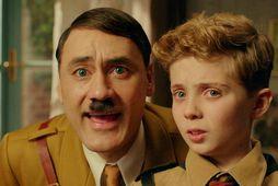 Taika Waititi í hlutverki Hitlers og Roman Griffin Davis í hlutverki Jojo í Jojo Rabbit.