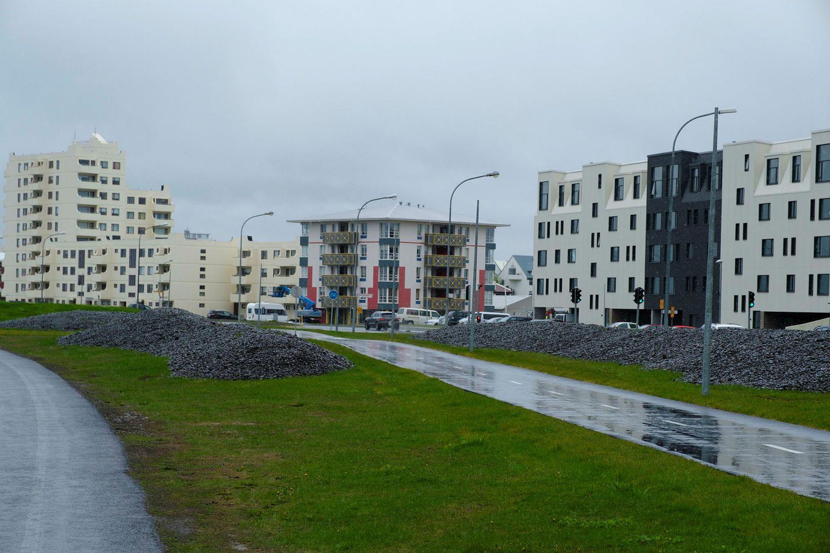 Búið er að sturta malarbingjum á grasblett við Eiðsgranda í …