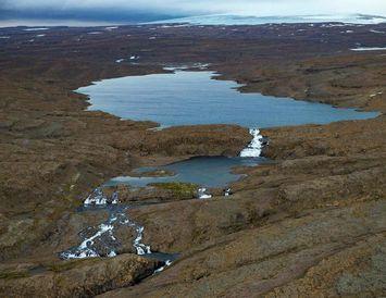 Nyrðra-Eyvindarfjarðarvatn á Ófeigsfjarðarheiði. Drangajökull sést í baksýn.