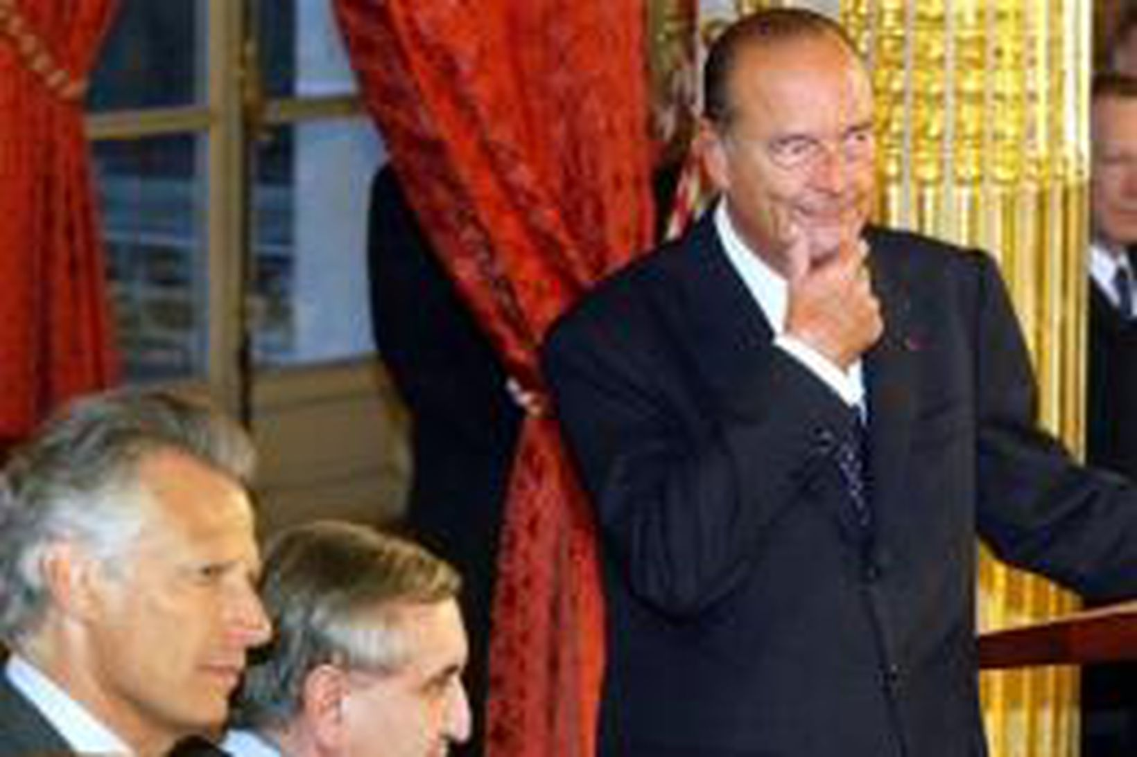 Jacques Chirac Frakklandsforseti einbeittur á svip í Elyseehöll en við …