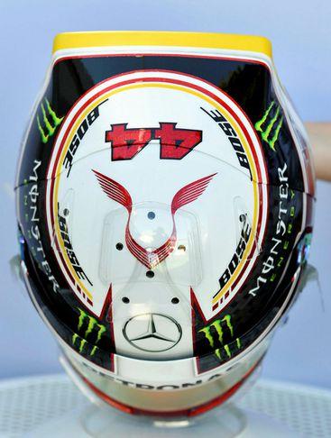 Hjálmur Lewis Hamiltons hjá Mercedes.