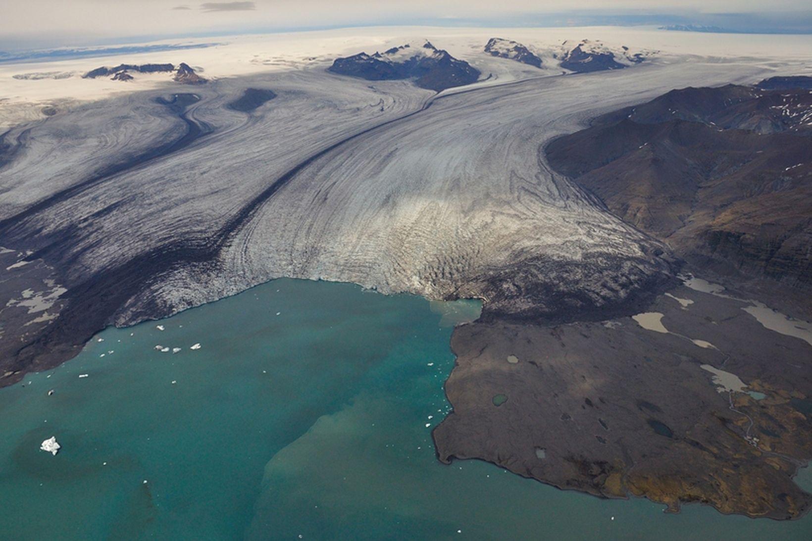 Breiðamerkurjökull og Jökulsárlón, 10. október 2014. Esjufjallarönd, svarta röndin sem …