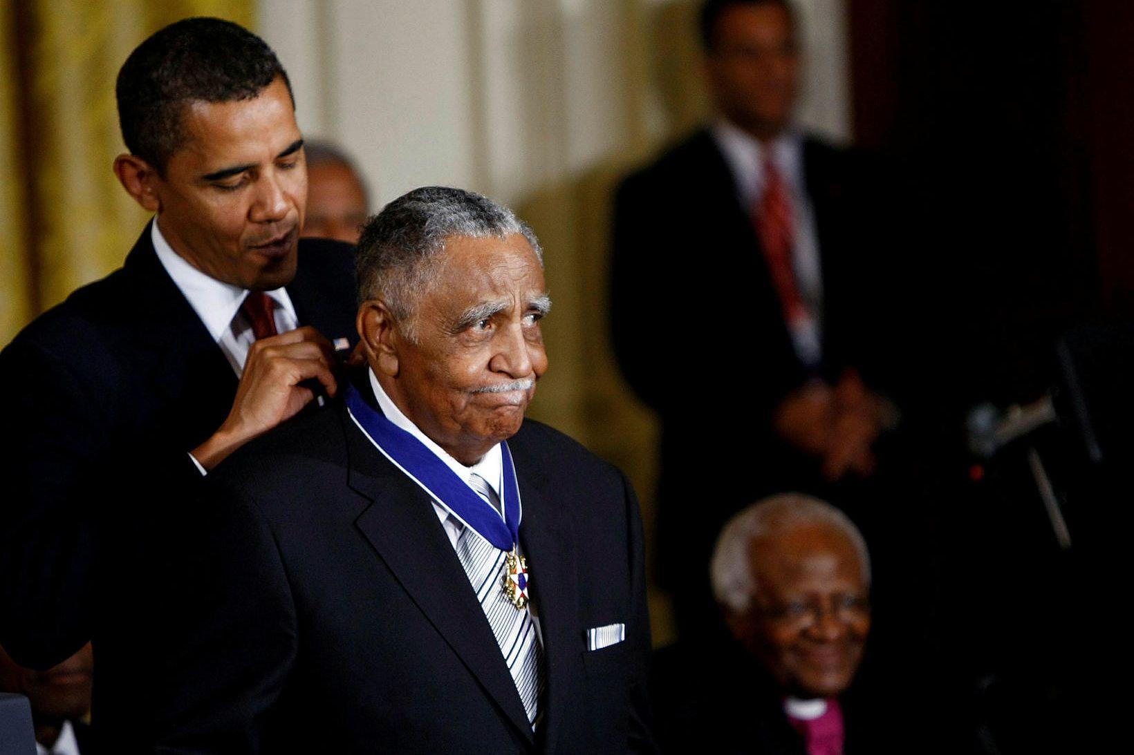 Barrack Obama þáverandi Bandaríkjaforseti veitir Lowery frelsisorðuna.