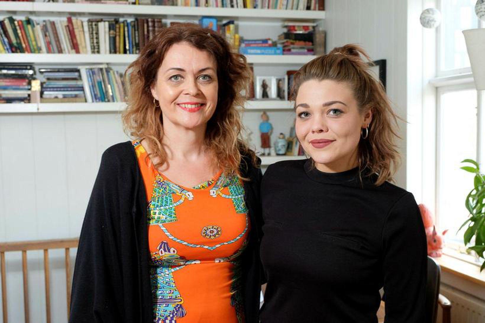 Margrét Lóa ljóðskáld og Viktoría dóttir hennar í stofunni heima …