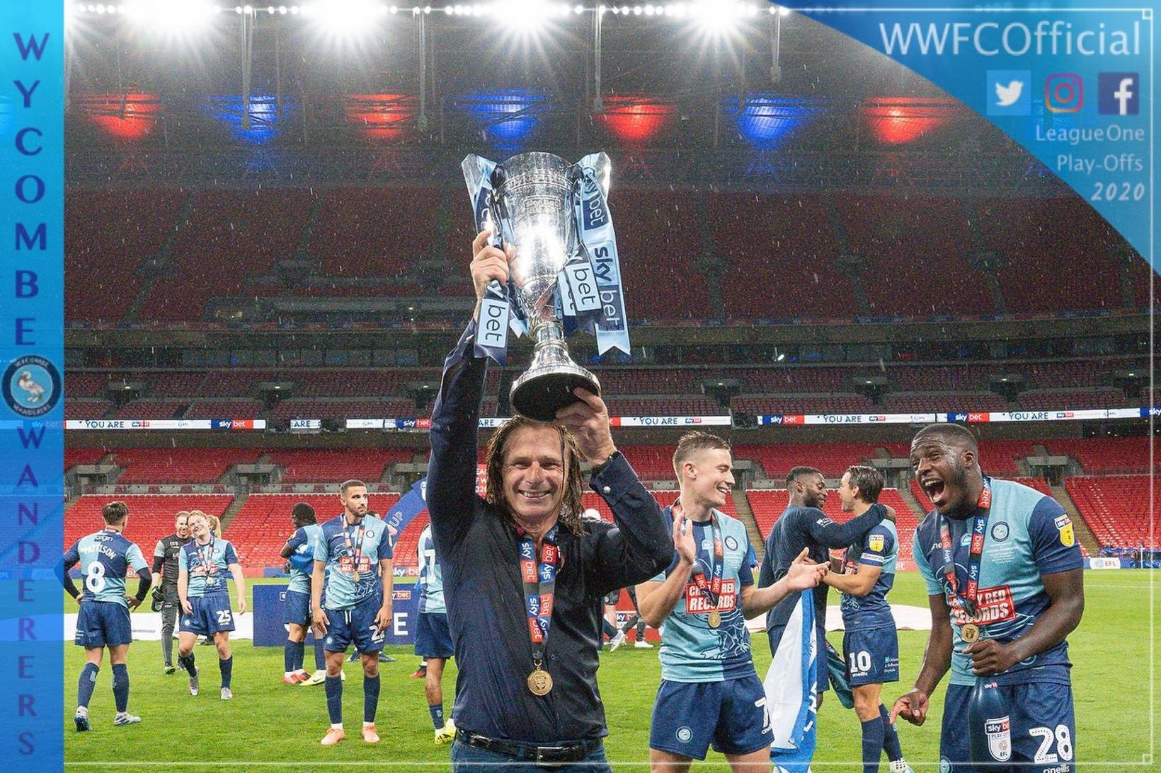 Gareth Ainsworth knattspyrnustjóri Wycombe Wanderers lyftir bikarnum á Wembley í …