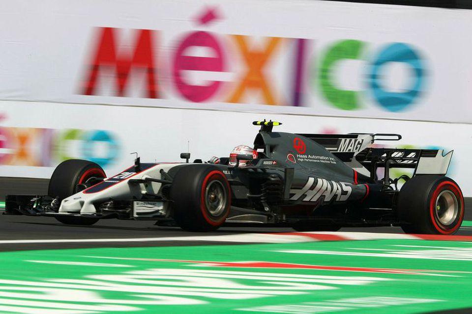Kevin Magnussen á ferð á Haas-bílnum á æfingu í Mexíkóborg í gær.