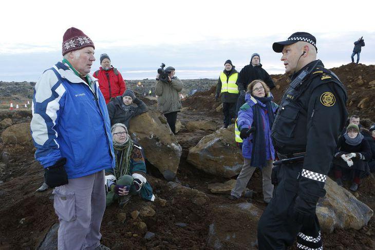 Arnar Marteinsson, aðalvarðstjóri, ræðir við umhverfisverndarsinna.
