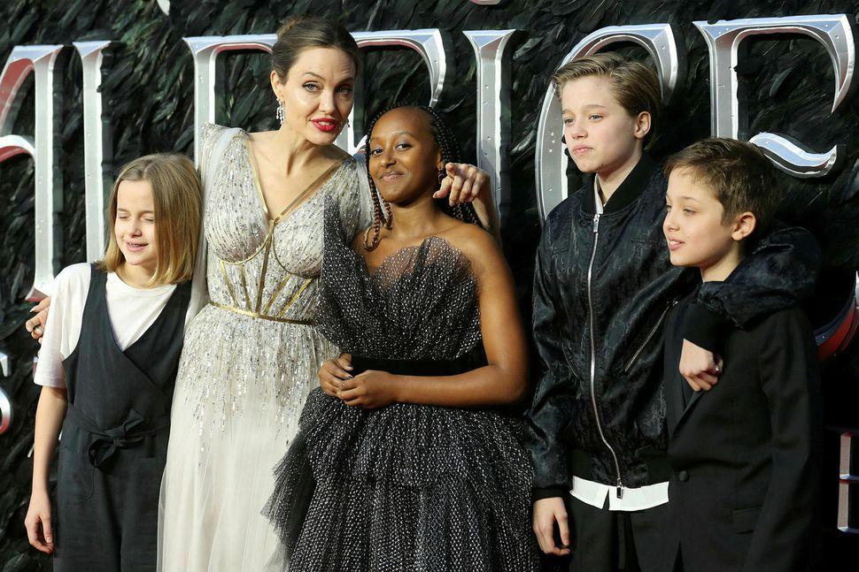 Angelina Jolie með fjórum af sex börnum sínum á frumsýningu ...