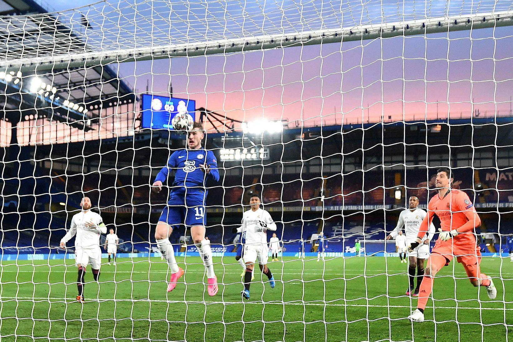 Timo Werner kemur Chelsea yfir í leiknum í kvöld.