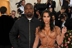 Kim Kardashian and Kanye West á Met Gala á mánudaginn. Þeim hefur nú fæðst sonur.