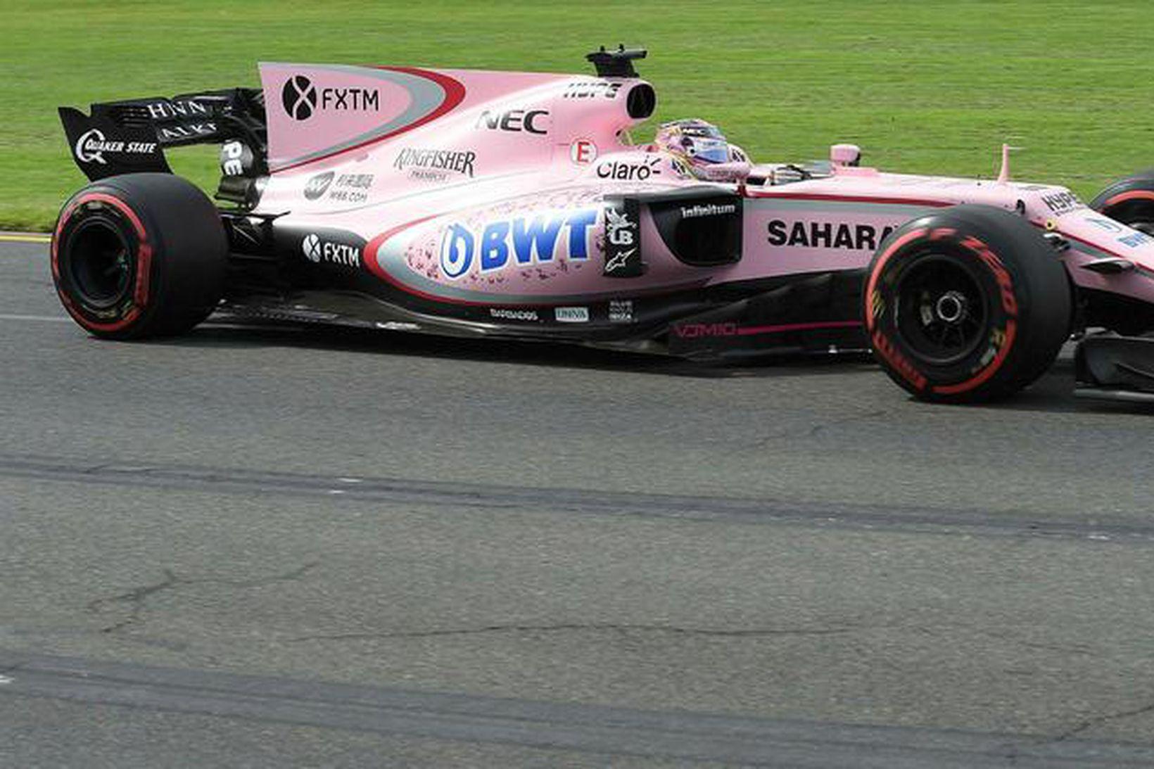 Sergio Perez á ferð á fyrri æfingu dagsins í Melbourne.
