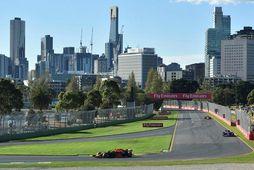 Max Verstappen fer hér femstur á seinni æfingu dagsins í Albertsgarði í Melbourne.