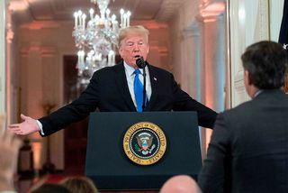 Donald Trump rífst við Jim Acosta í Hvíta húsinu.