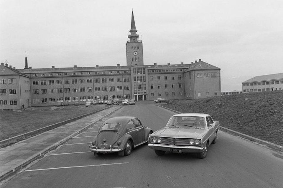 Mynd, sem sýna átti breytinguna og tekin er daginn fyrir hana, 25. maí 1968. Volkswagninn, ...