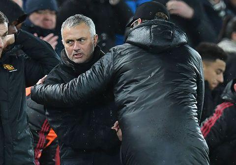 Hinn portúgalski þjálfari Manchester United, José Mourinho tekur hér í hönd Jurgen Klopp, þjálfara Liverpool, að tapleik loknum um helgina.