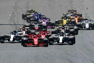 Sebastian Vettel tekur forystu í Silverstone á fyrstu metrum breska kappakstursins í dag.