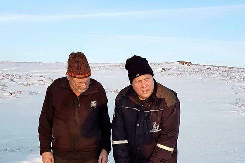 Eiríkur Kristófersson and Bjarni Valur Guðmundsson, with one of the missing sheep.