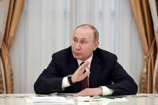 Vladimír Pútín á fundi í gær.