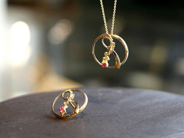 Aurum jeweler Guðbjörg Kristín Ingvarsdóttir made two of the bows in gold, to be auctioned.