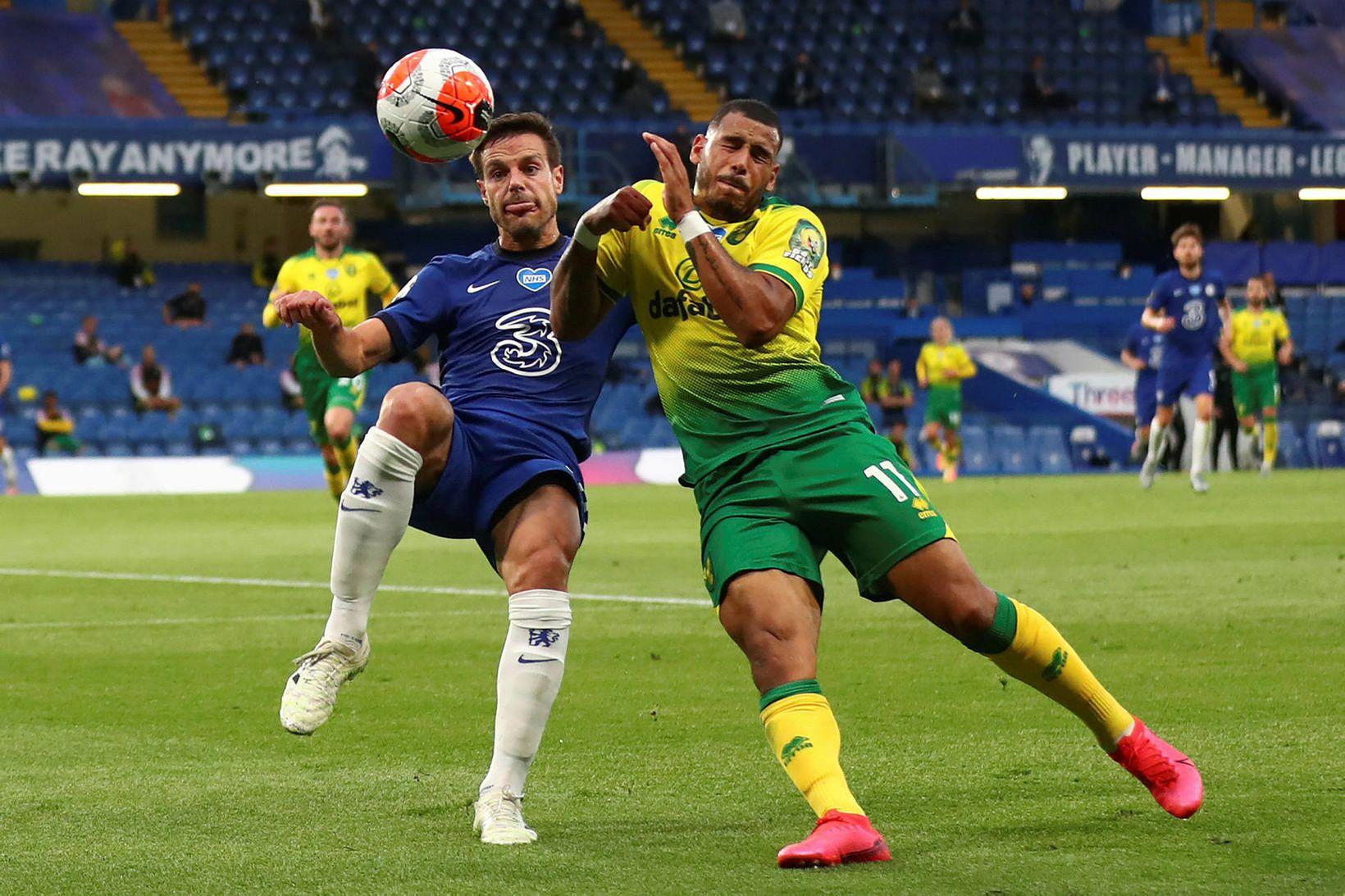 Cesar Azpilicueta fyrirliði Chelsea og Onel Hernandez hjá Norwich í …
