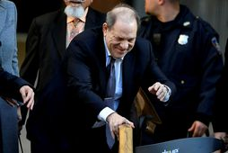 Harvey Weinstein yfirgefur dómshúsið á Manhattan þar sem réttarhöldin fara fram.