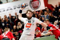 Kári Kristján Kristjánsson skorar fyrir ÍBV í leik gegn Aftureldingu.