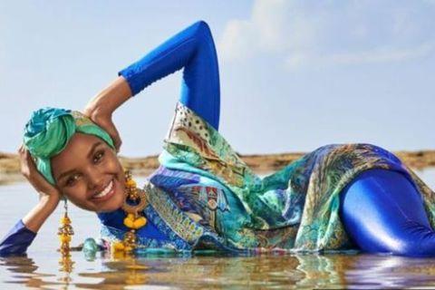Halima Aden í búrkíni á ströndinni.