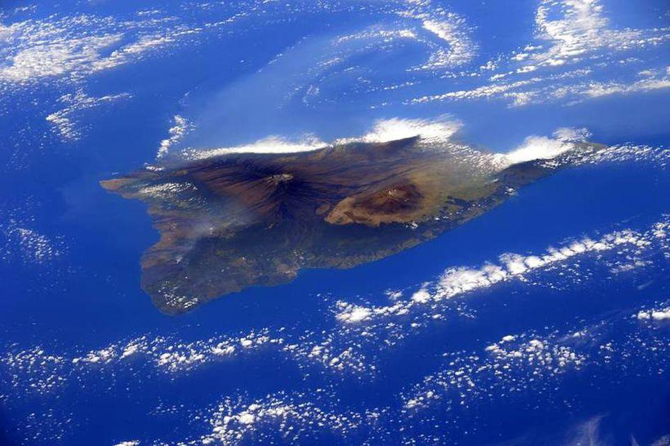 Havaíeyja er tilkomumikil séð hátt fyrir ofan skýin.
