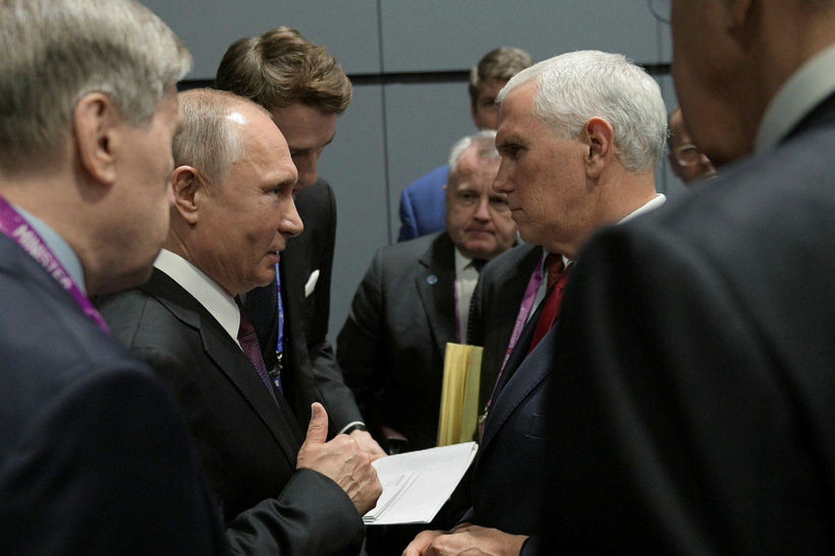 Vladimir Putin Rússlandsforseti og Mike Pence, varaforseti Bandaríkjanna, ræddu stuttlega …