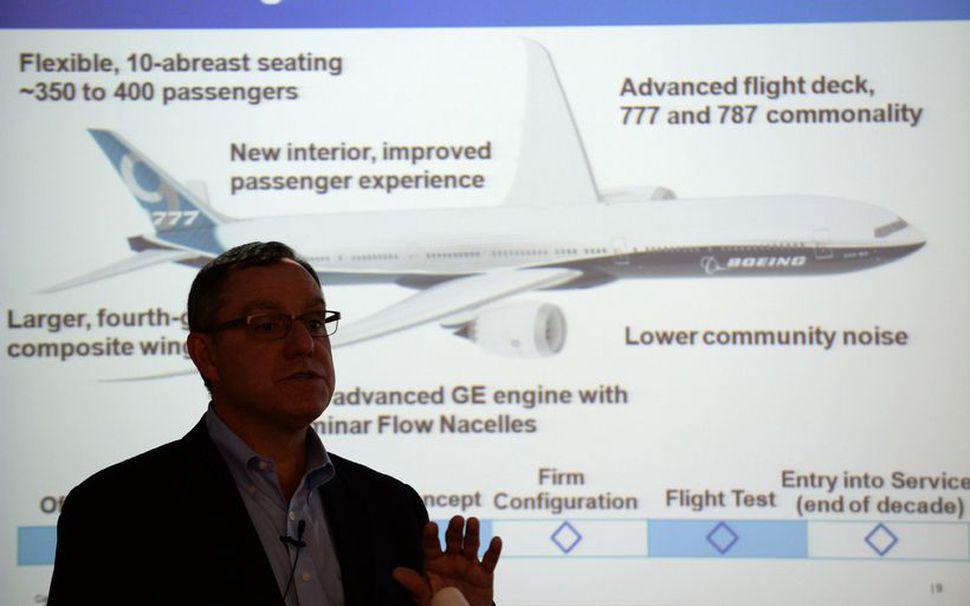 777X-farþegaþotan frá Boeing, sem hér sést í bakgrunni, er sú ...