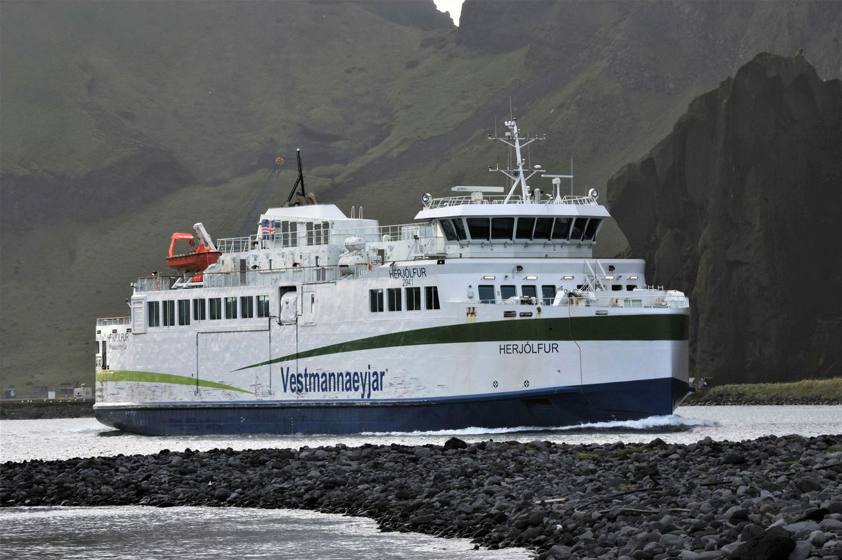 Gripið til viðeigandi aðgerða í Herjólfi
