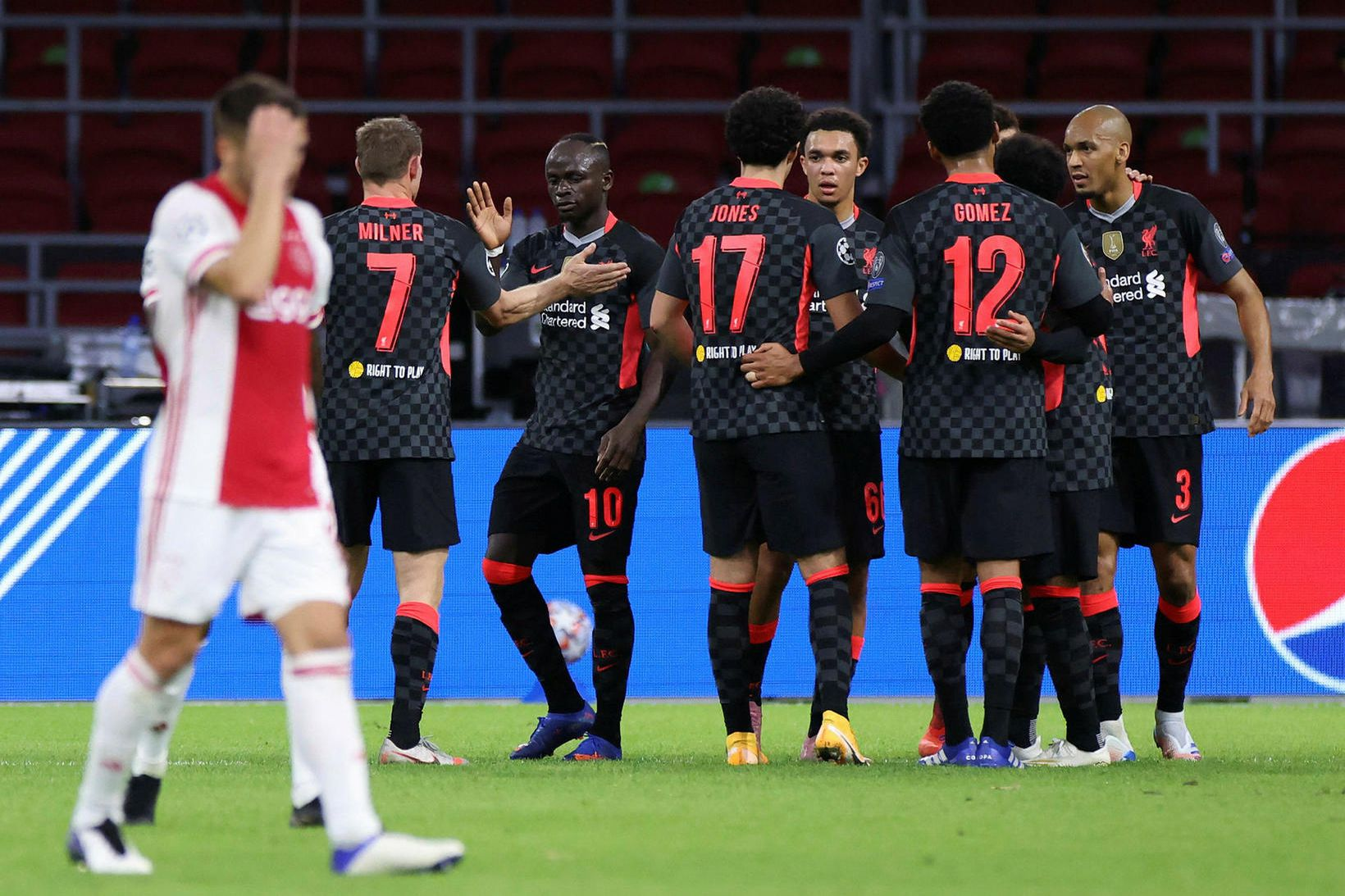 Leikmenn Liverpool fagna sigurmarkinu í Hollandi.
