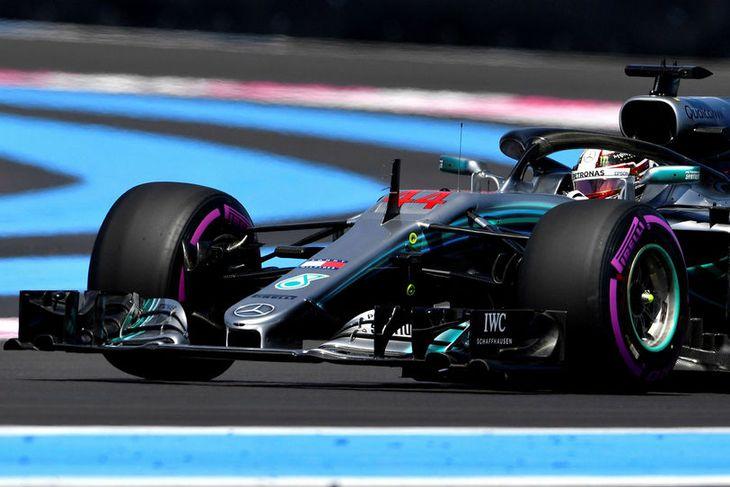 Lewis Hamilton á ferð í Paul Ricard brautinni við bæinn Le Castellet í Suður-Frakklandi í ...