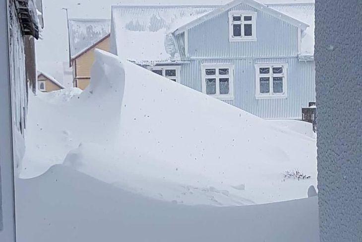 Skaflarnir við suðurhliðina á Hótel Siglunesi voru voldugir í dag.
