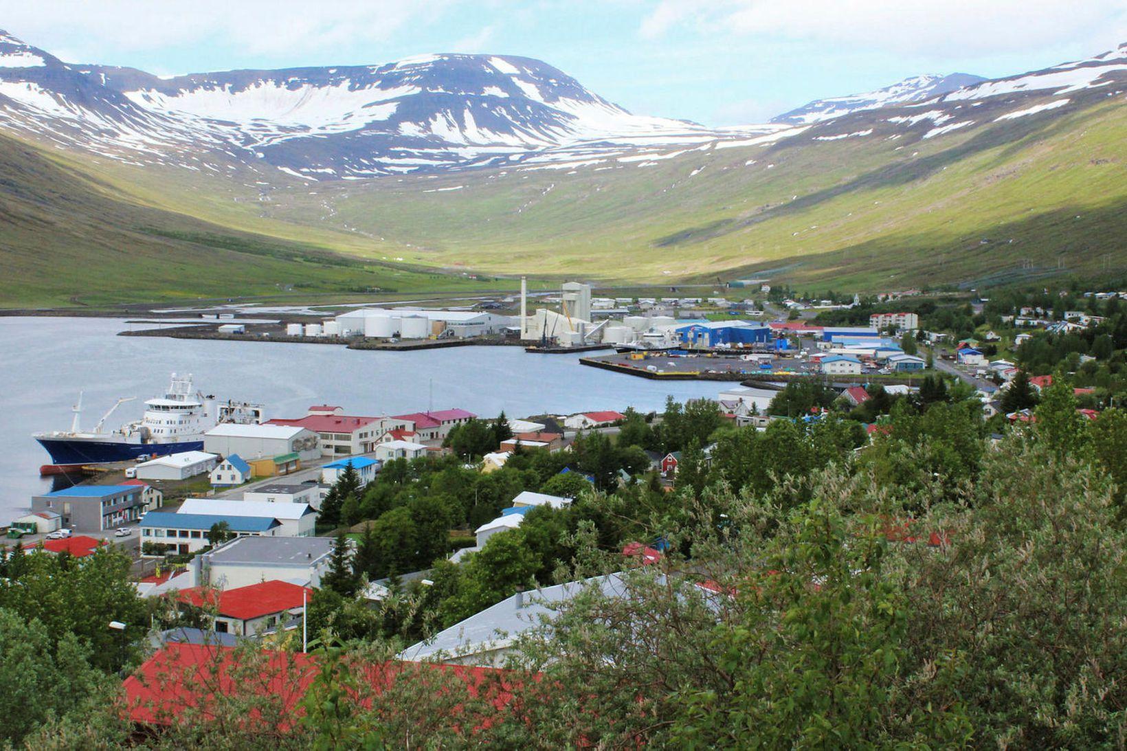 Frá Eskifirði. Maðurinn er í sjálfheldu við Hólmatind.