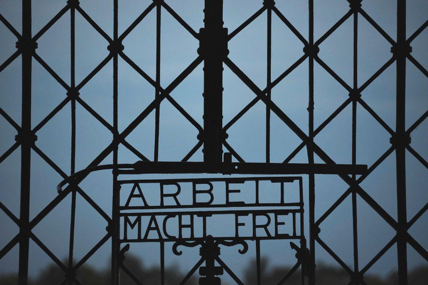 Járnhliðið sem var stolið úr Dachau í nótt Arbeit macht …