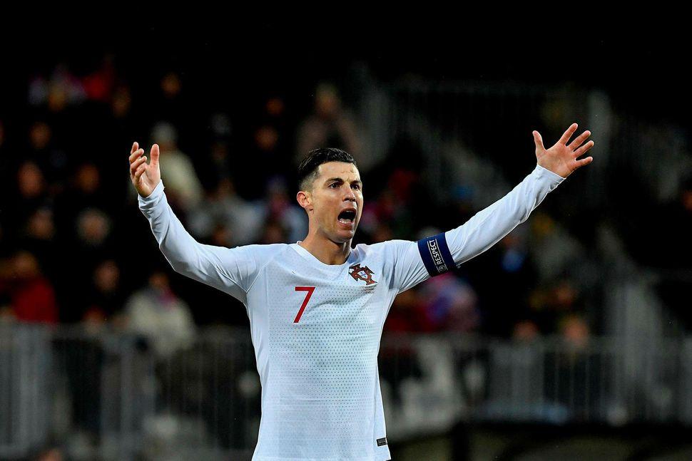 Cristiano Ronaldo fagnar marki sínu gegn Lúxemborg í dag.