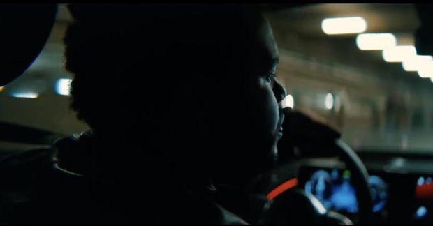 """""""Hey Mercedes, settu á Blinding Lights,"""" segir Weeknd við rafmagnsbílinn sem hann þýtur á um ..."""