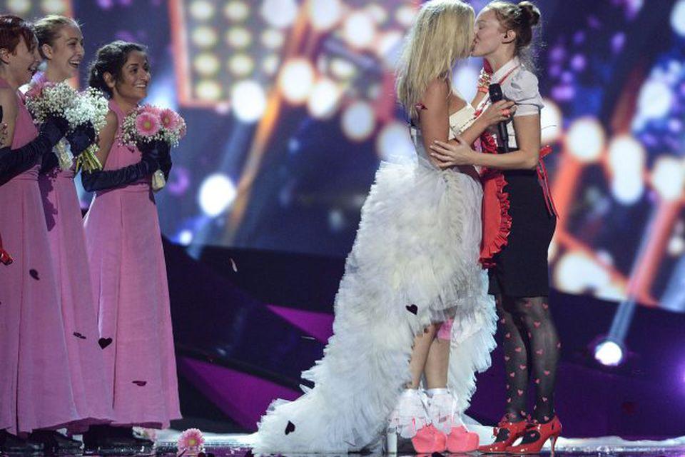 Krista Siegfrids smellti kossi á munn ónefndrar konu í atriði Finnlands í undankeppni Eurovision.