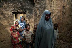 Yagana Bukar og móðir hennar. Bræðrum Bukar var rænt af liðsmönnum Boko Haram fyrir tæplega …