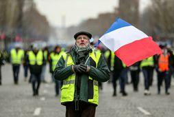 Mótmælendur sjást hér við Champs-Elysees í París í dag.