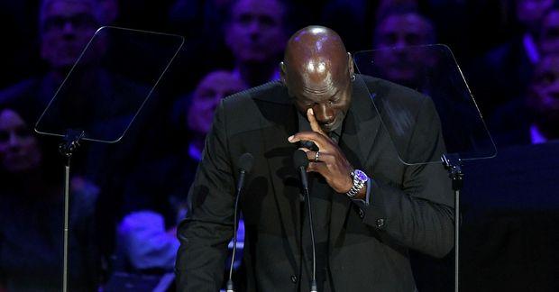 Michael Jordan grét sáran í ræðupúltinu.