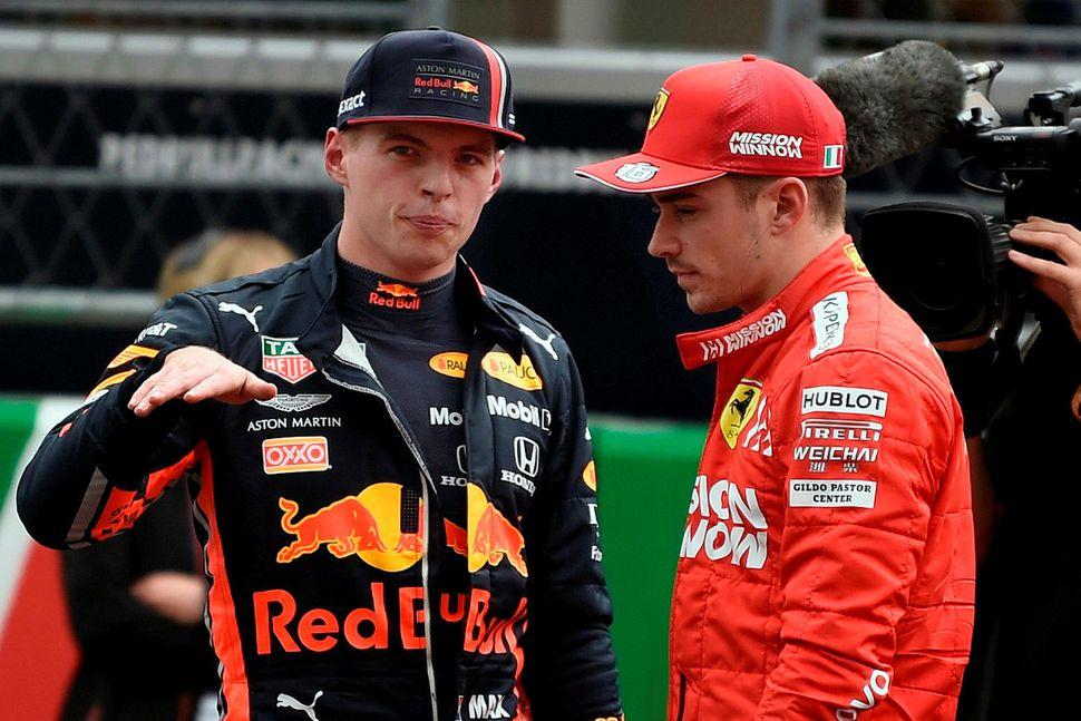 Max Verstappen (t.v.) ræðir við Charles Leclerc eftir keppnina um ...